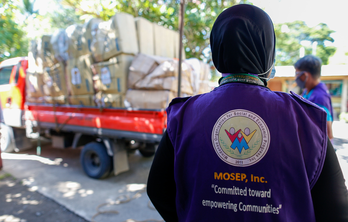 A MOSEP staff on her way to visit a GBV survivor to provide cash support under the Cash for Protection program ⓒ UNFPA Philippines